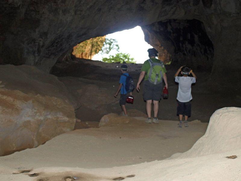 Excursions en família: visitar la Cova del Tabac