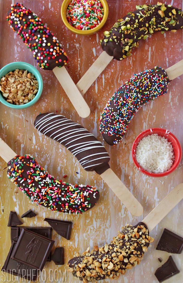 Gelats de plàtan amb cobertura de xocolata i decoració al gust