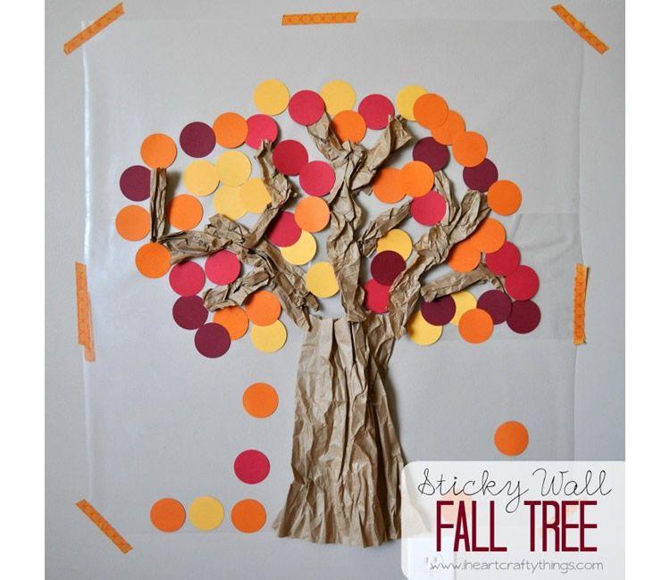 Manualitats d'arbres de tardor amb diferents materials