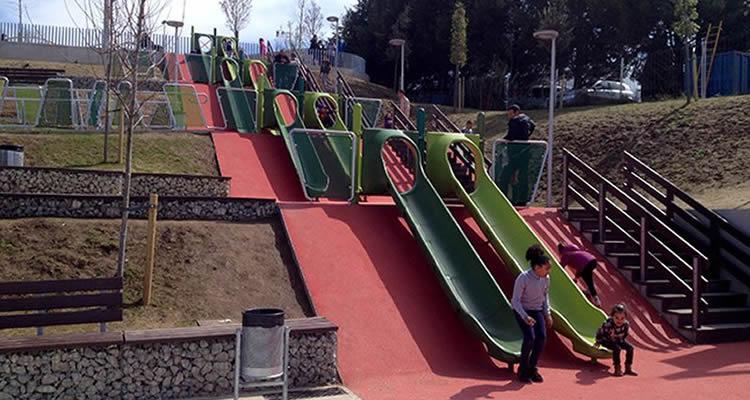 Parcs amb tobogans gegants per anar amb els nens