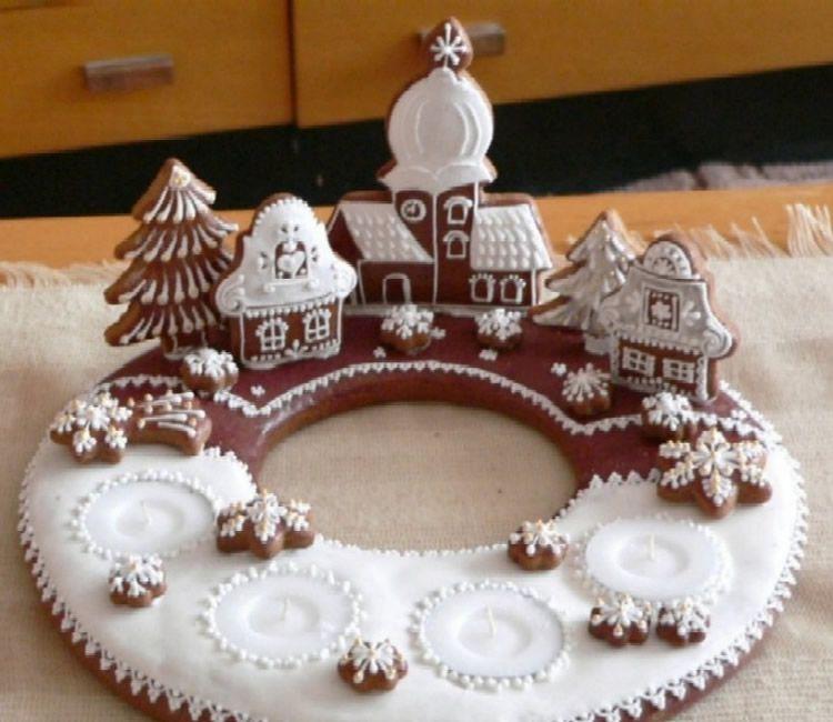 Entre les moltes receptes de la cuina creativa de Nadal, les casetes de gingebre, si hi ha temps, és un dels postres o decoració que es poden fer amb nens. Casetes de gingebre fetes per als petits cuiners que els converteixen en dolços arquitectes. Recuperem la recepta de galetes de gingebre que són la base d'agunes de les casetes que us hem portat. Un cop tingueu la massa feta o escollida les galetes podeu decorar les casetes de gingebre com més us agradin. N'hi ha de molt dolces, que recorden la caseta de Hansel i Gretel però també n'hi ha de més clàssiques i simples. Casetes de gingebre per decorar amb els nens