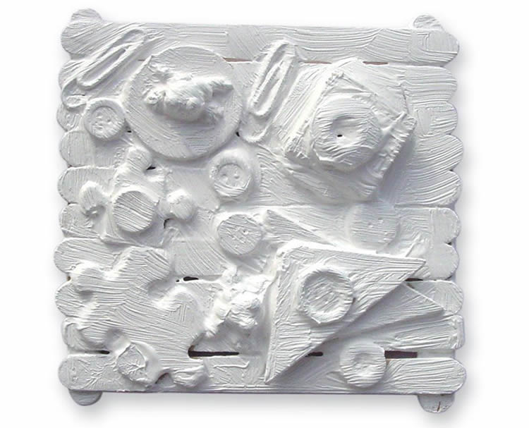 Escultura amb pals de gelat i objectes simulant Louise Nevelson