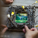 Marc de fotos amb branques i flors de paper