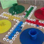 Fem jocs de taula amb taps de plàstic reciclats