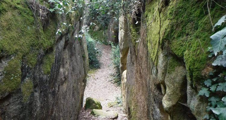 Excursions entre escletxes de roques amb nens