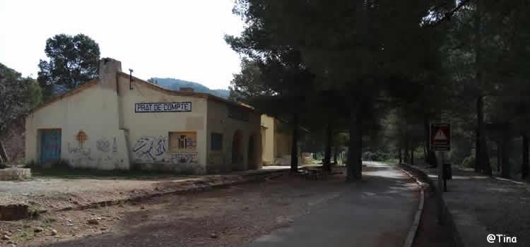 La Fontcalda des de l'estació de Prat del Compte