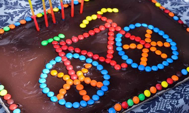 Decoració de pastissos amb figures fetes amb lacasitos