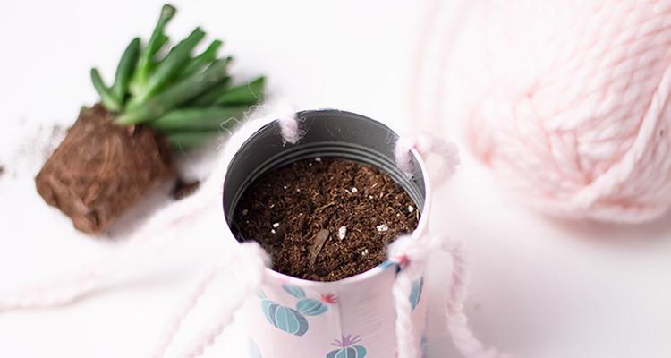 Reciclar llaunes per fer testos per penjar