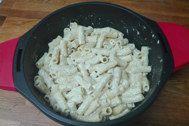 macarrons amb salsa de formatge i nous