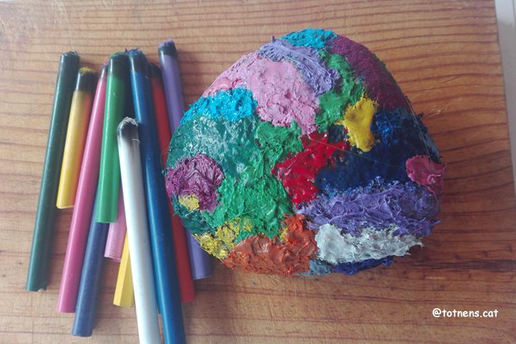 Pintem una pedra calenta amb ceres de colors