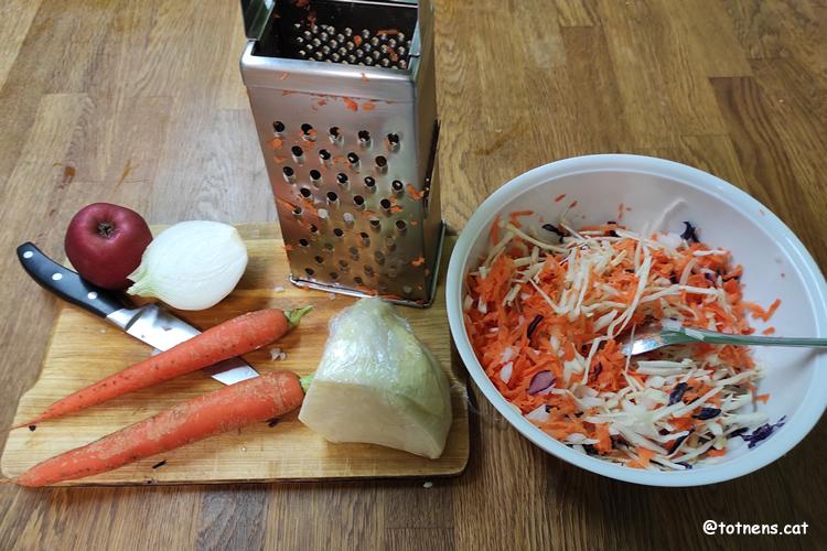 Amanida de col i pastanaga tot ratllat