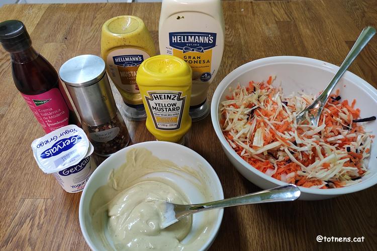 Amanida de col i pastanaga salsa