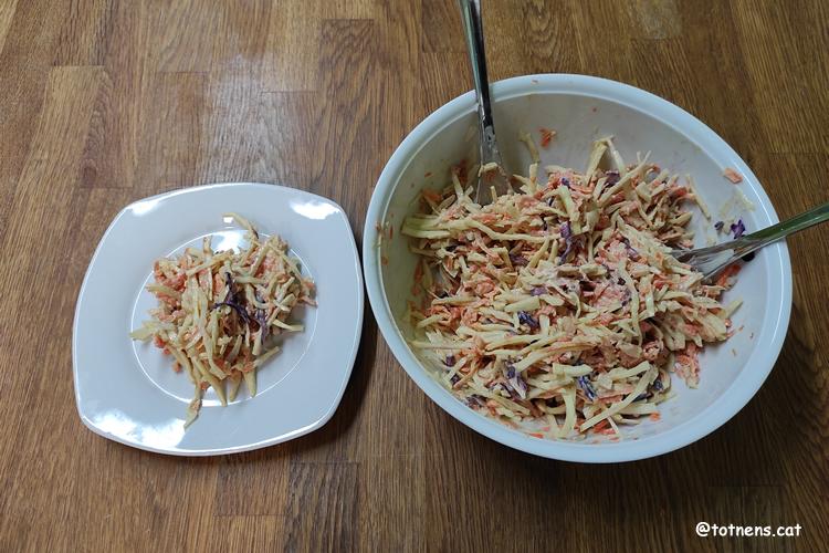 Amanida de col i pastanaga al plat