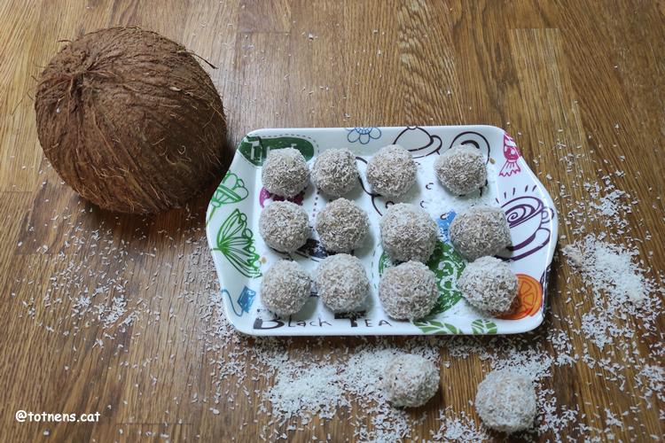 recepta boles de plàtan, galetes i coco