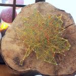 fulla de tardor amb fils de colors