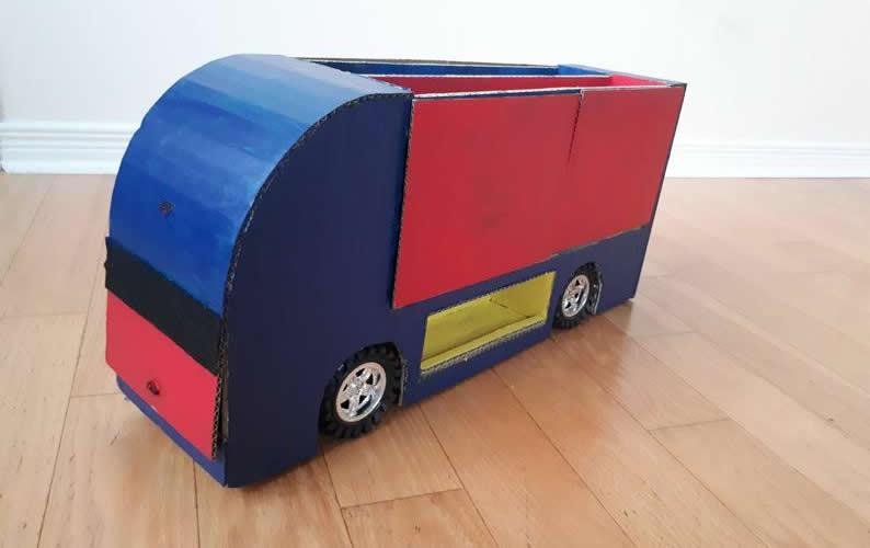 Camió de cartró per guardar cotxes