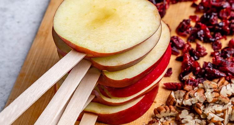 Piruletes de poma amb xocolata i fruits secs
