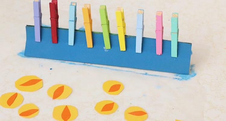 Espelmes amb agulles de fusta pintades