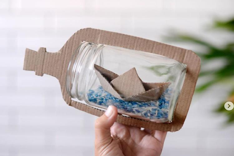 Vaixell de cartró dins d'un pot ampolla