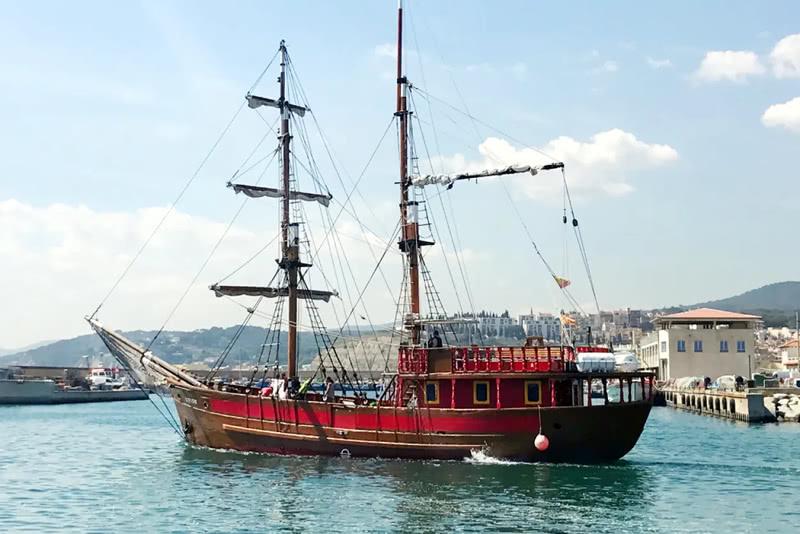 Passeig en vaixell pirata platges Barcelona